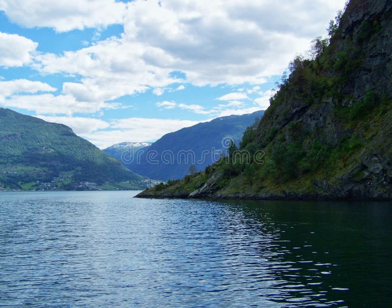 De zomer van aardnoorwegen Water, bosfjord op een Zonnige dag stock foto