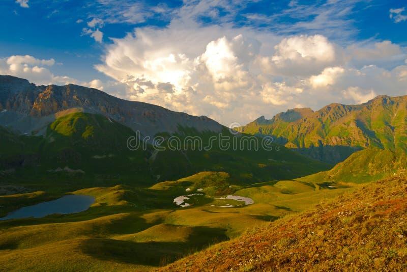 De zomer van de bergzonsondergang royalty-vrije stock foto