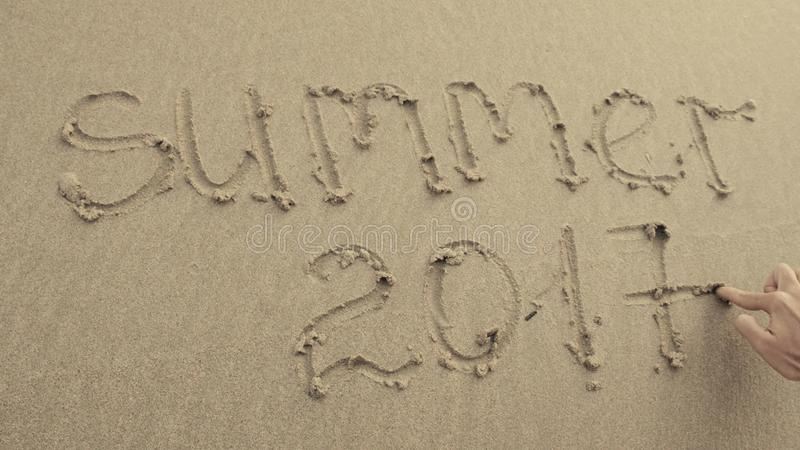 De ZOMER VAN 2017 geschreven die op het strandzand altijd door golven wordt gewassen stock foto