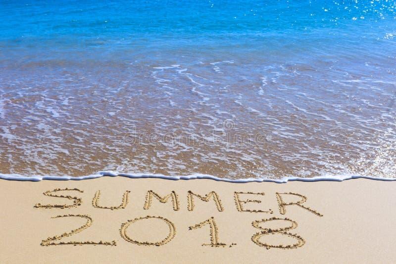 De zomer van 2018 inschrijving op nat strandzand royalty-vrije stock afbeelding