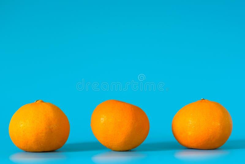 De zomer van oranje fruit op blauwe achtergrond royalty-vrije stock foto's