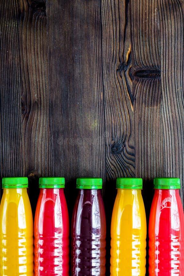 De zomer verse drank in plastic fles op houten bovenkant als achtergrond vi royalty-vrije stock afbeeldingen