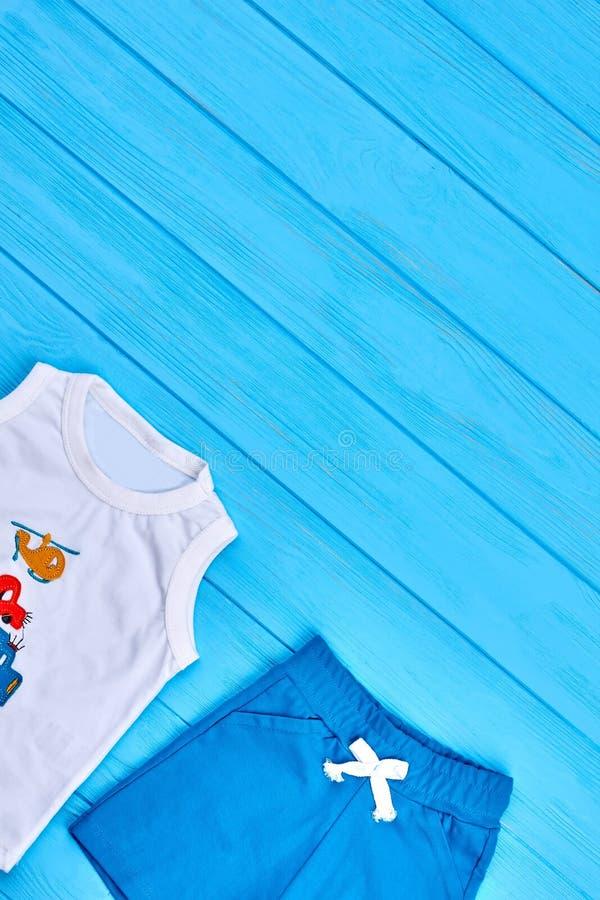 De zomer vrijetijdskleding van de babyjongen royalty-vrije stock foto