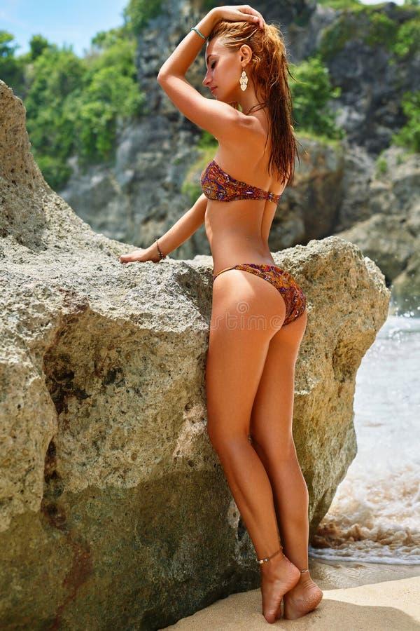 De zomer Vrouw met Geschikt Sexy Lichaam in Bikini op Strand stock afbeelding