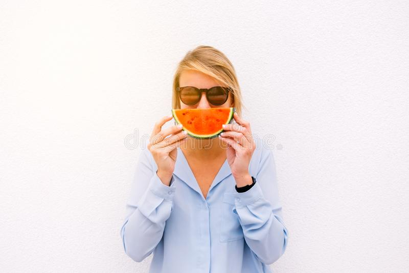De zomer vrouwelijk portret met een watermeloenplak royalty-vrije stock foto's