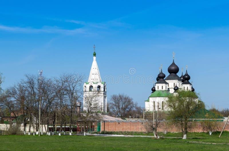 De zomer zonnig landschap met een oud klooster royalty-vrije stock foto