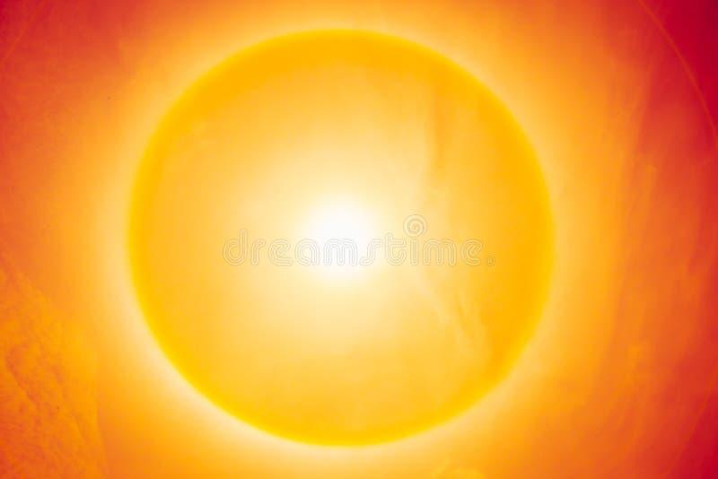 De zomer zonnige hete dag, het fenomeen van de zonhalo royalty-vrije stock afbeelding