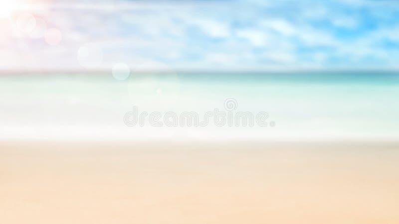De zomerachtergrond, aard van tropisch gouden strand met stralen van zonlicht Gouden zandstrand, zeewater tegen blauwe hemel met  stock fotografie