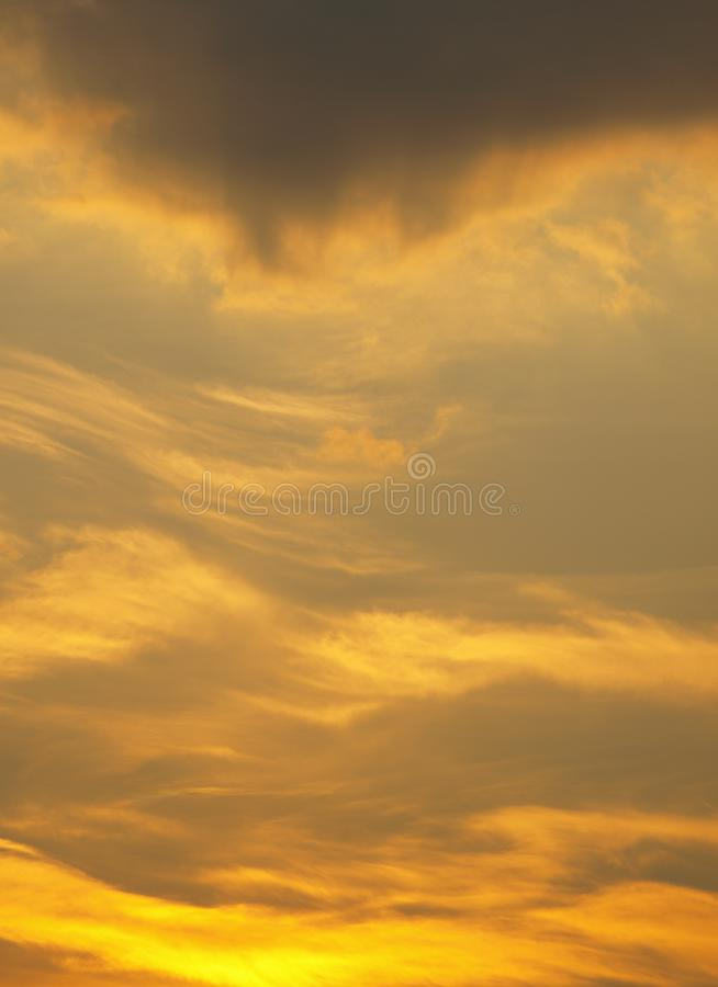 De zomerachtergrond met witte vliegende wolken op blauwe hemel Romantische abstracte natuurlijke hemelachtergrond stock afbeelding