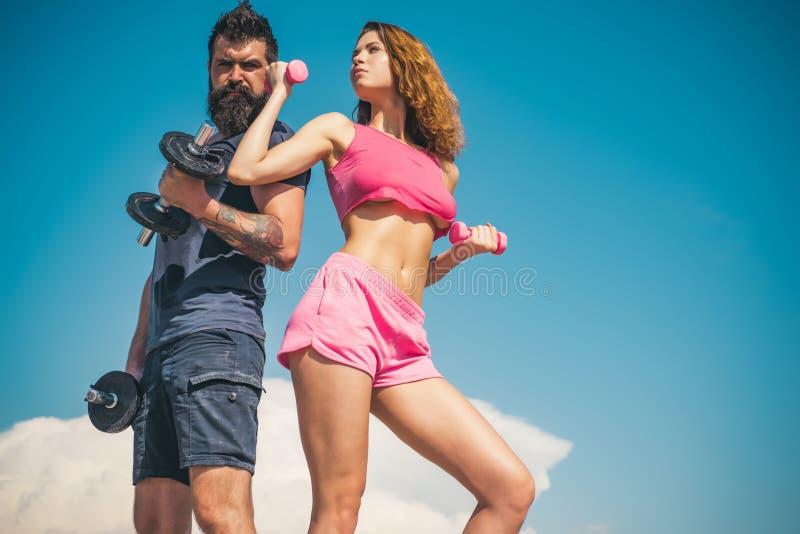 De zomeractiviteit barbell materiaal sportieve paar opleiding openlucht perfecte lichaamsspier Gezonde Levensstijl dieting stock afbeelding
