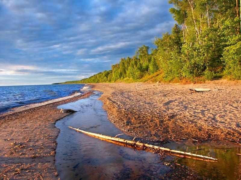 De Zomeravond van het meer Superieure Strand stock foto