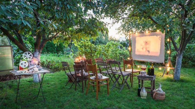 De zomerbioskoop met retro projector in de avond royalty-vrije stock afbeeldingen