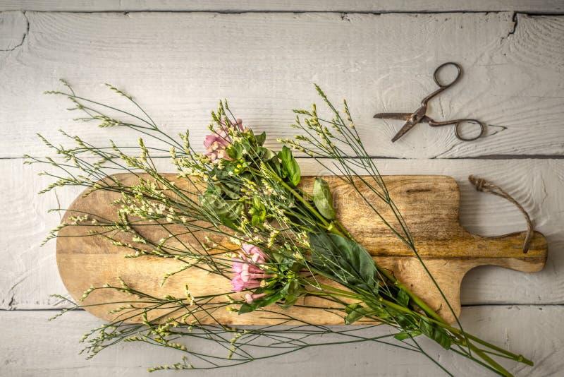 De zomerbloem op de houten raads hoogste mening stock foto's