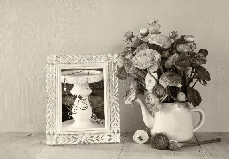 De zomerboeket van bloemen en victorian kader op de houten lijst met muntachtergrond wijnoogst gefiltreerd beeld zwart-witte st royalty-vrije stock fotografie