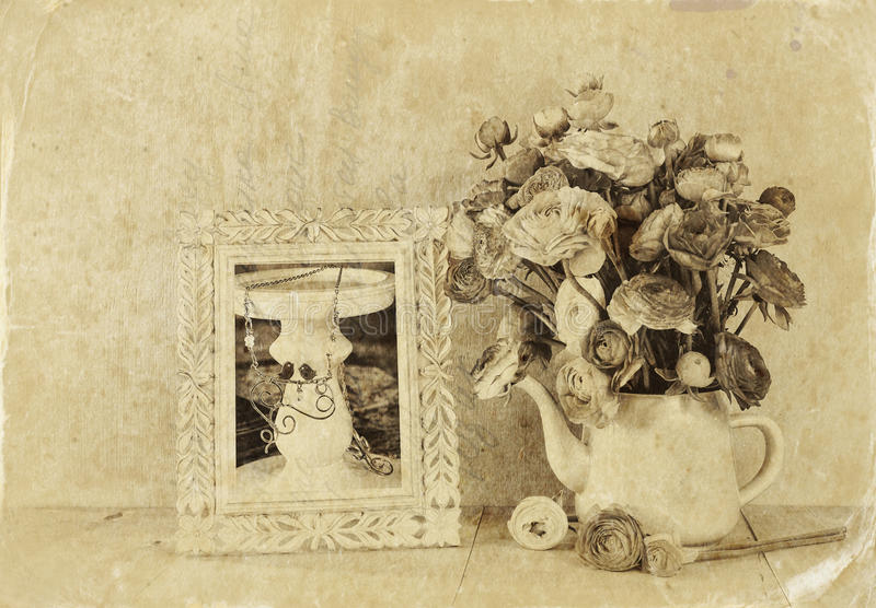 De zomerboeket van bloemen en victorian kader op de houten lijst met muntachtergrond wijnoogst gefiltreerd beeld zwart-witte st stock foto's