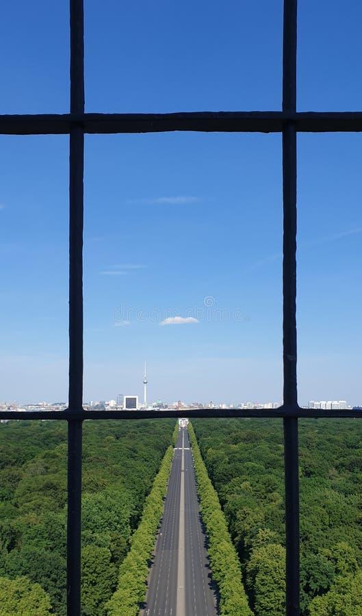 De zomercityscape met park, weg en duidelijke hemel, mening van hierboven door de bars Centrum van Berlijn, mening van Victory Co stock foto's