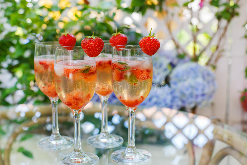 De zomercocktail met champagne, pepermunt en verse strawberrie royalty-vrije stock foto