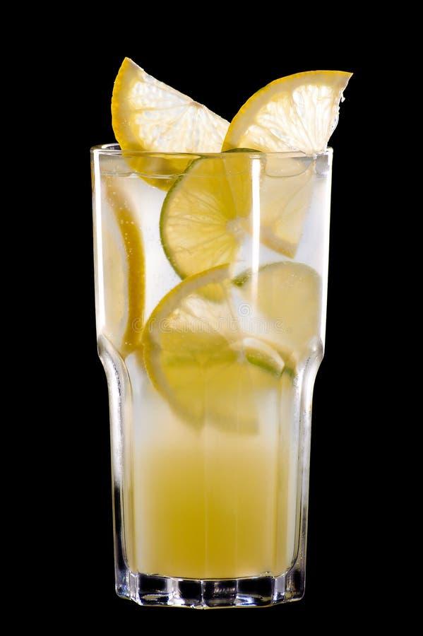 De zomercocktail van fruit en citrusvrucht op zwarte stock fotografie