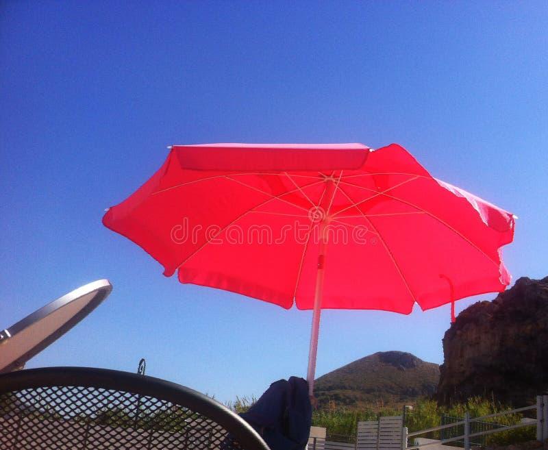de zomerdag door de pool onder een schroeiende zon stock foto