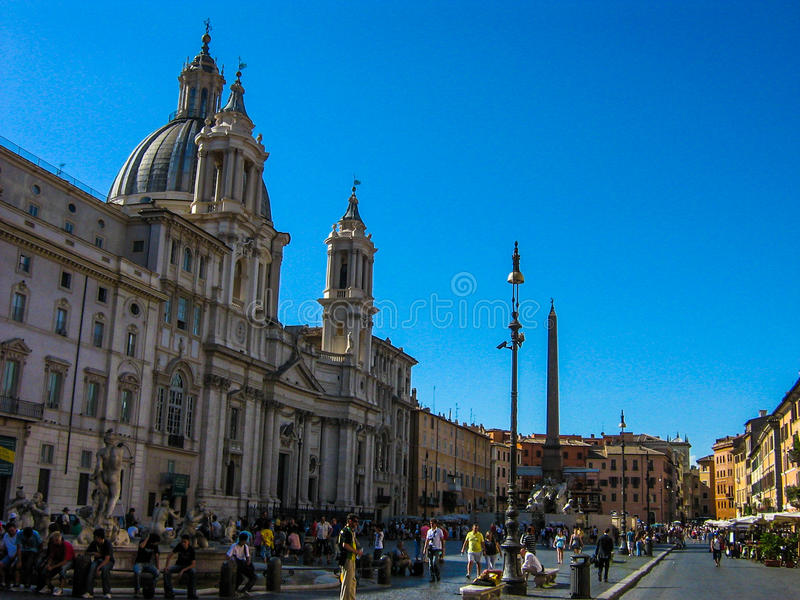 De zomerdag met blauwe hemel in Piazza Navona in Rome stock afbeeldingen