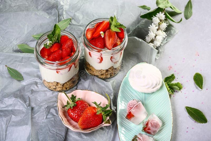 De zomerdessert met aardbeien Gezond eigengemaakt dessert stock foto's