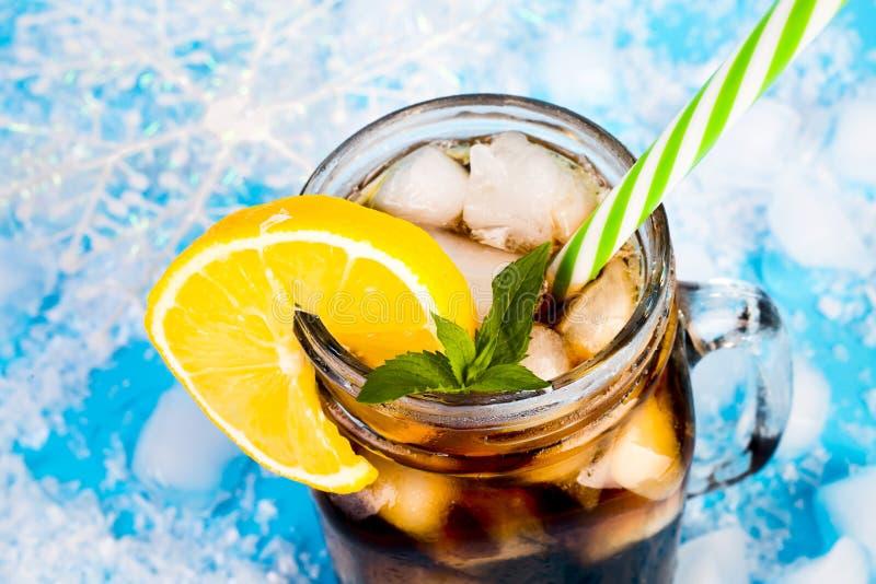 De zomerdrank op een blauwe achtergrond stock afbeelding