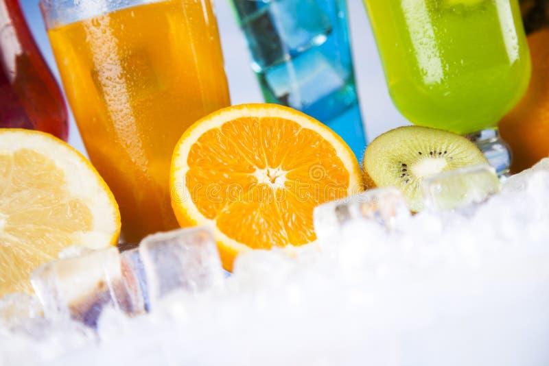 De zomerdrank, palmtak en Verse tropische vruchten royalty-vrije stock foto