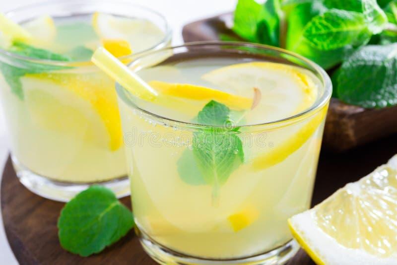 De zomerdrank van citroen en munt, of limonade, op donkere houten lijst royalty-vrije stock fotografie