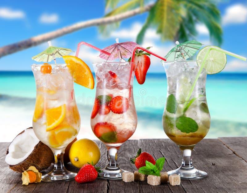 De zomerdranken op het strand stock afbeeldingen
