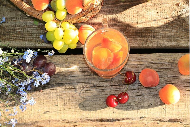 De zomerdranken in de tuin op de oude lijst met vergeet-mij-nietjes royalty-vrije stock foto's