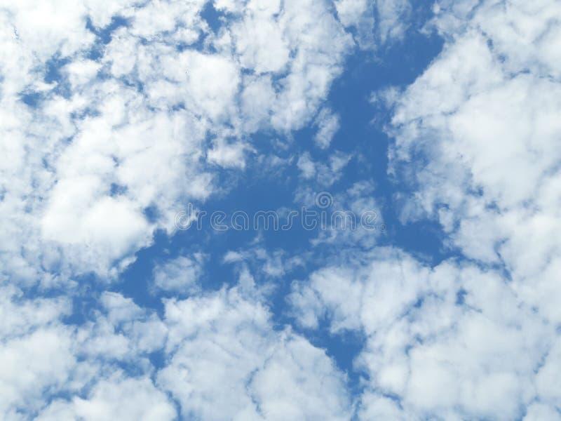 De zomerhemel en mooie zon in de blauwe hemel met wolken royalty-vrije stock foto's