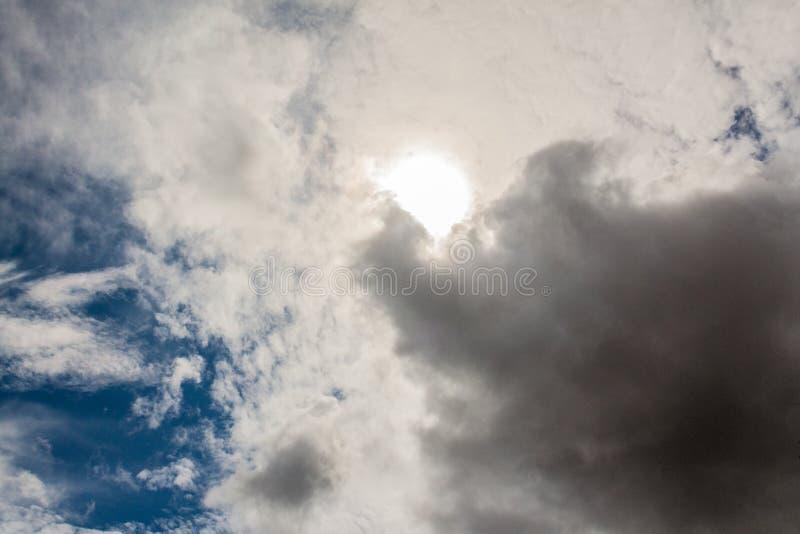 De zomerhemel na regen in donderwolken, textuur royalty-vrije stock afbeelding
