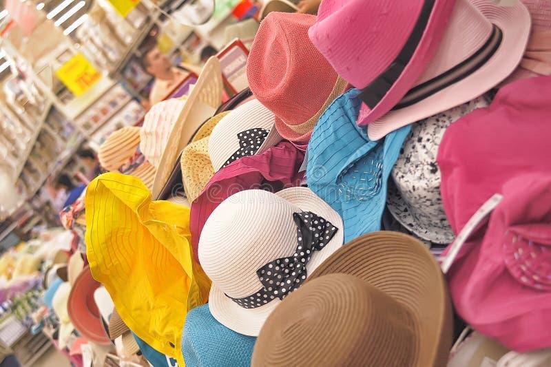 De zomerhoeden in de winkel royalty-vrije stock afbeeldingen