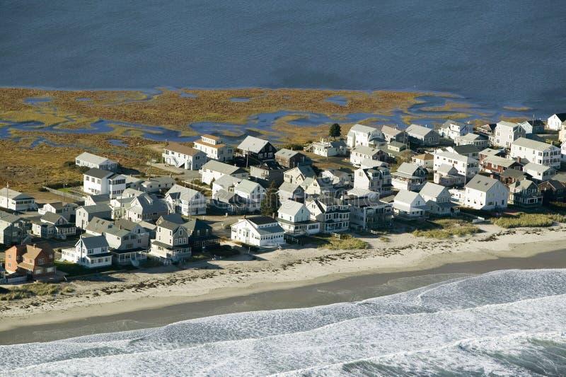 De zomerhuizen op oceaan en moeras van het Strand van York, Maine stock foto's