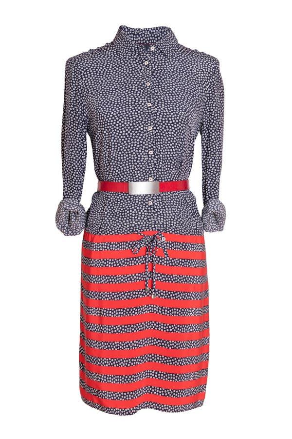 De zomerkleding van de vrouwenlente De blauwe en rode gestreepte kleding van vrouwen met een rode die riem op een ledenpop op een stock fotografie