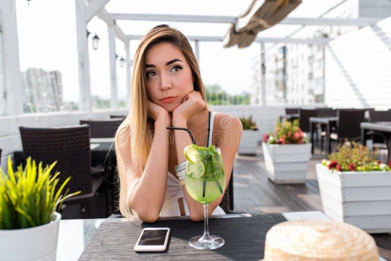 De zomerkoffie van de vrouwen witte kleding, droevig droevig anticiperen, Ontevreden, verbieden de gedachten van fantasie wanorde stock foto's