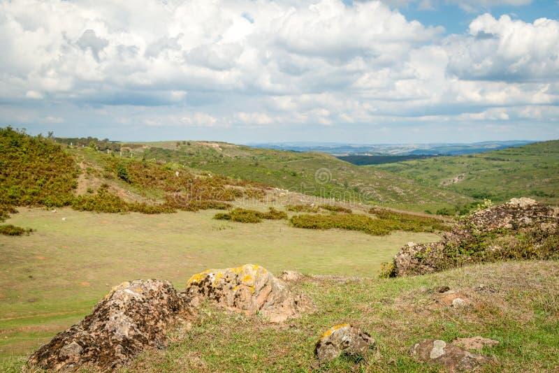 De zomerlandschap in bergen en blauwe hemel met wolken royalty-vrije stock fotografie