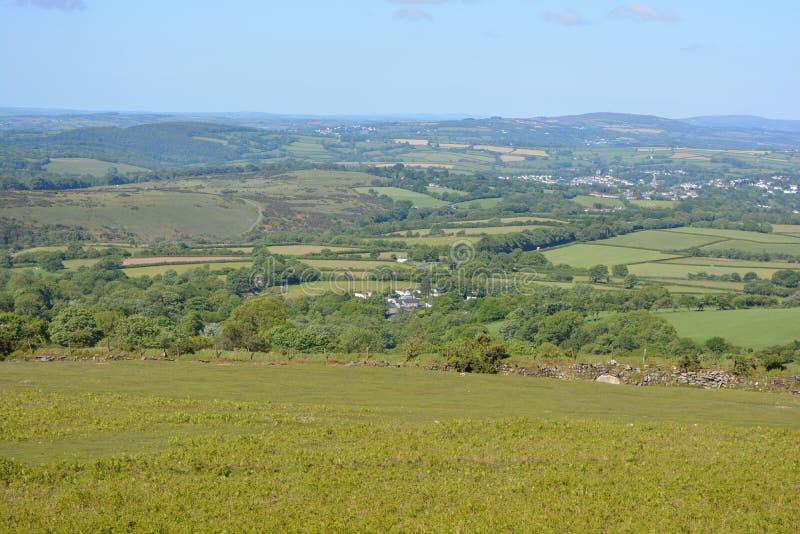 De zomerlandschap in het Nationale Park van Dartmoor, Engeland stock afbeelding
