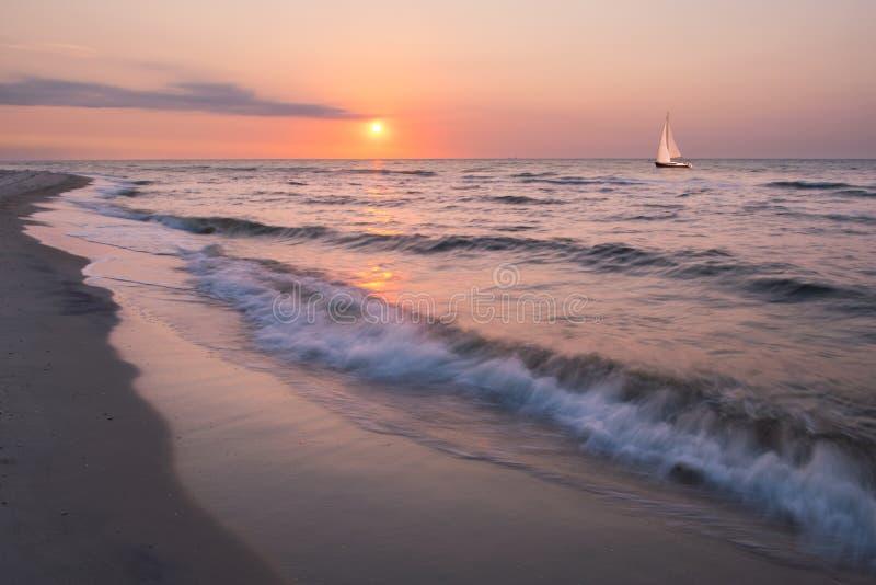 De zomerlandschap met eenzaam jacht stock fotografie