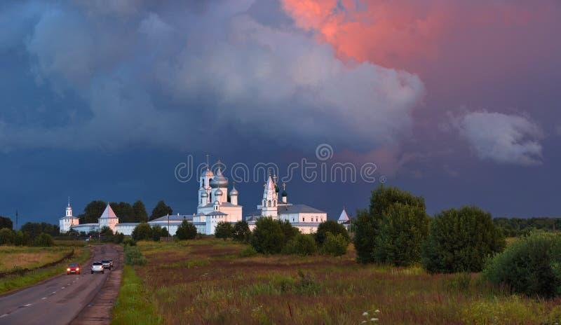 De zomerlandschap met Orthodoxe Kerk onder de avondhemel, Rusland stock afbeeldingen