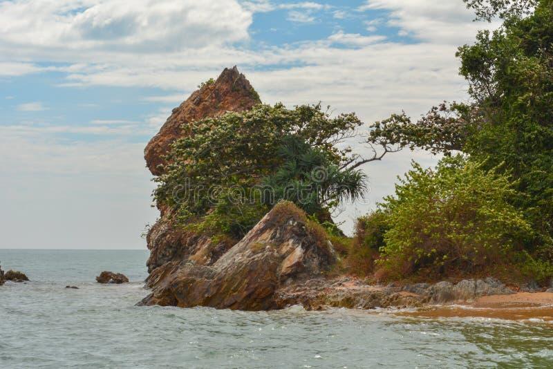 De zomerlandschap met overzees en bergketen met hemel stock fotografie