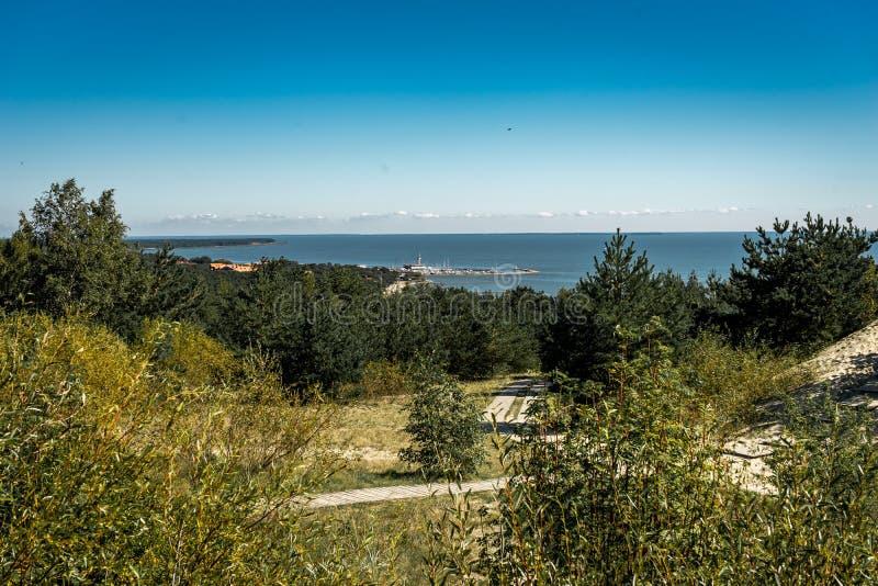 De zomerlandschap met witte zandduinen, struiken en hemel Curonianspit, Oostzee De Plaats van de Erfenis van de Wereld van Unesco royalty-vrije stock afbeelding