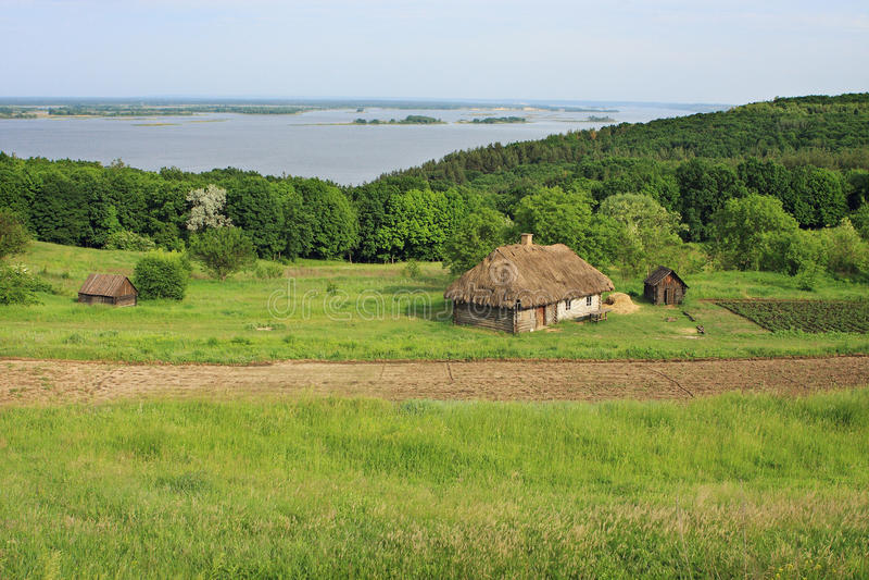 De zomerlandschap - oude Oekraïense architectuur in het dorp royalty-vrije stock foto