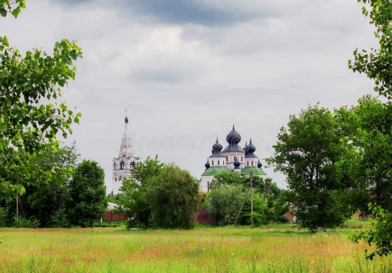 De zomerlandschap, oude orthodoxe kerk in Starocherkassk stock afbeelding