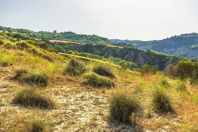 De zomerlandschap over het nationale park van Aliano badlands in Val D 'Agri, Basilicata royalty-vrije stock fotografie