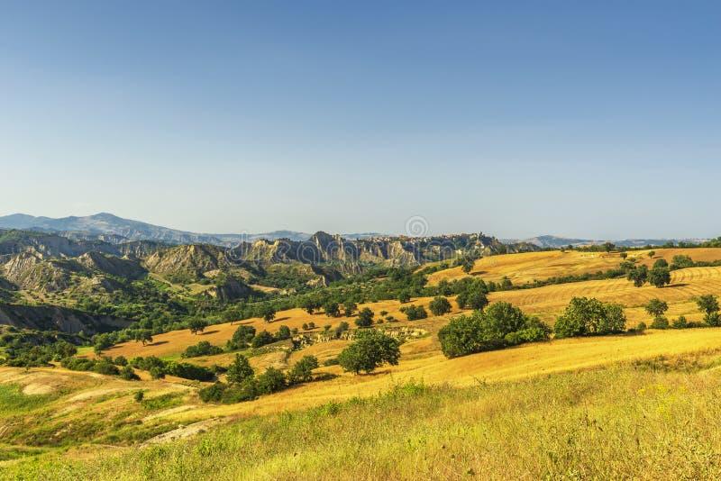 De zomerlandschap over het nationale park van Aliano badlands in Val D 'Agri, Basilicata stock fotografie