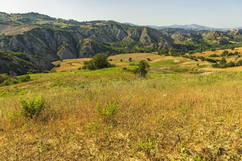 De zomerlandschap over het nationale park van Aliano badlands in Val D 'Agri, Basilicata stock afbeelding