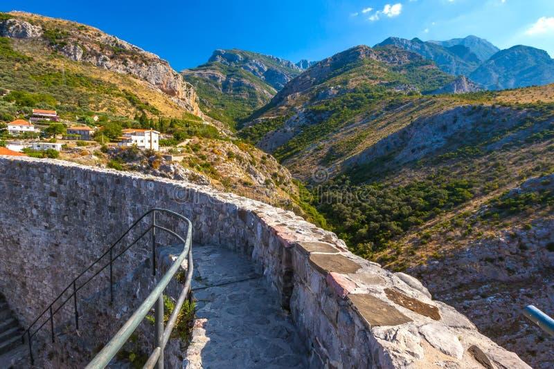 De zomerlandschap in Stad van de Vestings de Oude Bar, Montenegro royalty-vrije stock afbeelding