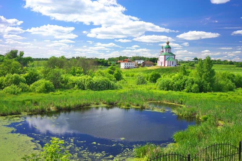 De zomerlandschap in Suzdal stock afbeeldingen