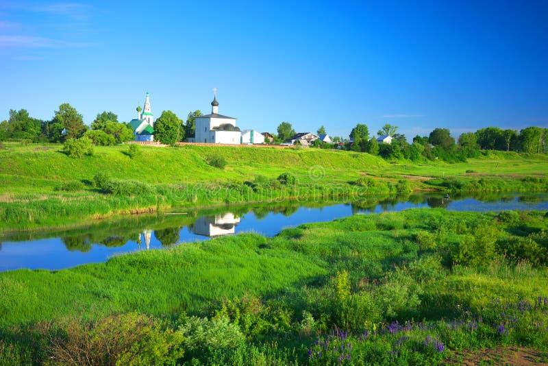 De zomerlandschap in Suzdal, rivier Nerl royalty-vrije stock afbeelding